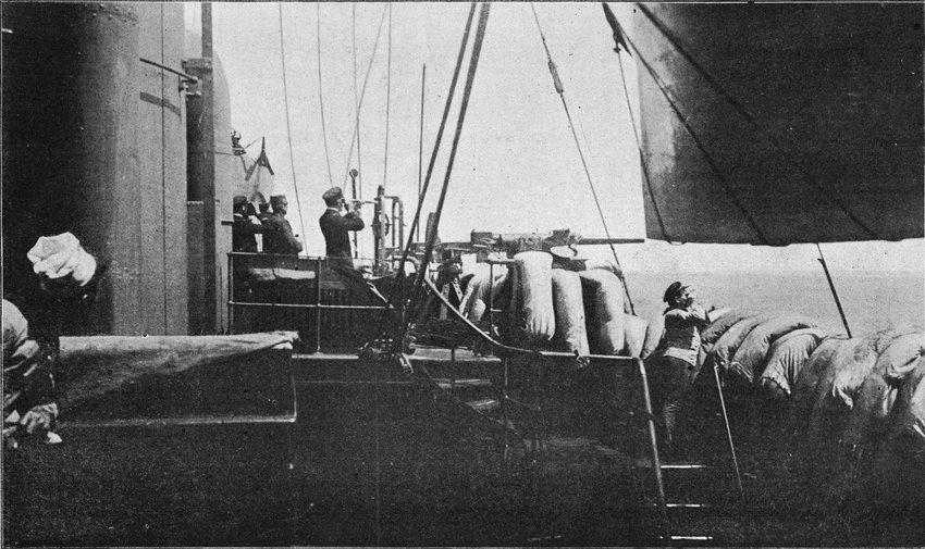 Guépratte en haut à gauche observant le débarquement du 25 avril.