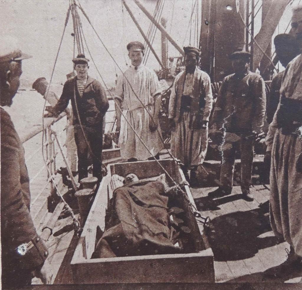 Évacuation d'un blessé sur un navire.