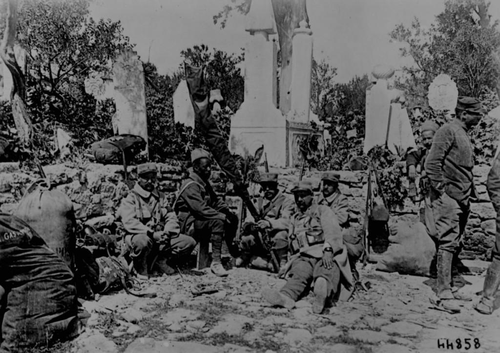 Troupes coloniales au repos près d'un cimetière