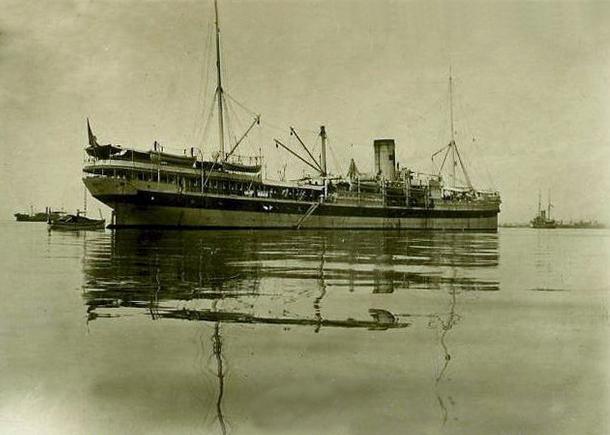 Le navire hôpital Tchad.
